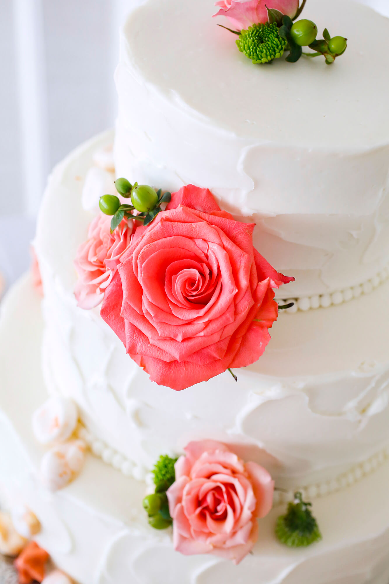 Wedding photography of the pink flowers on a cake